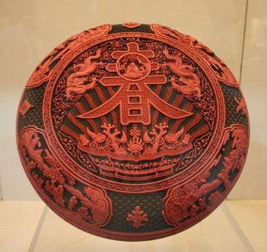 Boîte en laque rouge de la dynastie Qing chinoise, datée du règne de l'empereur Qianlong