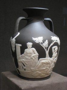 vase noir avec sculpture blanche