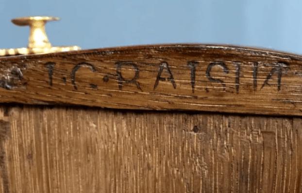 Estampille sur un meuble ancien