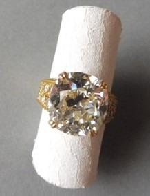 """Oeuvre """"Bague en or jaune"""" sertie d'un diamant coussin"""