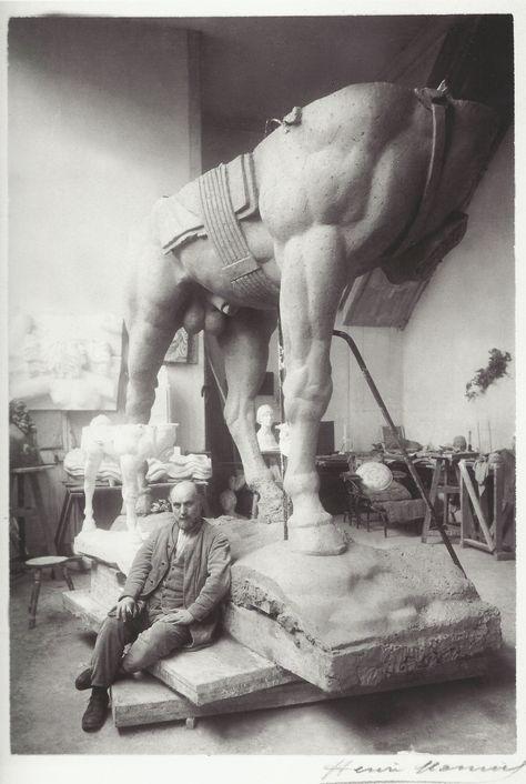 Antoine Bourdelle dans son atelier