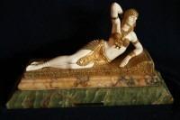 Bronze doré et ivoire sur un socle en onyx et marbre de Dimitri Chiparus